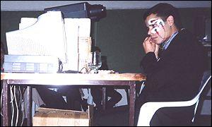 Gustavo Sevillano muestra cómo funciona el dispositivo