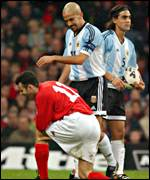 Wales' Ryan Giggs and Argentina's Juan Veron club together