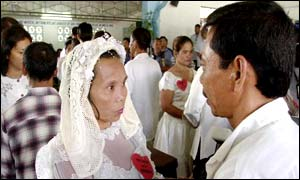 Mass wedding at the National Penitentiary in suburban Manila on 14 February 2002