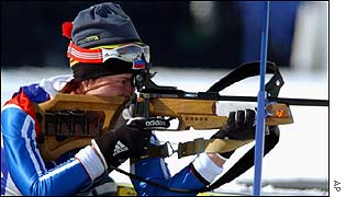 Olga Pyleeva takes aim during the biathlon pursuit