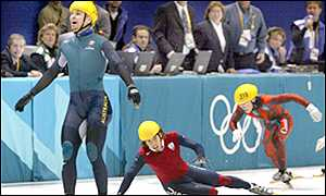 Steven Bradbury (l) clinches gold