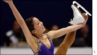 American Michelle Kwan leads the ladies' figure skating competition after an impressive display in the short programme.