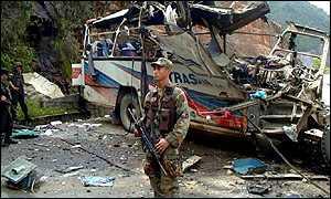Un soldado colombiano vigila los restos dejados por un atentado de la guerrilla.