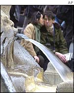 People kissing near the Barcaccia fountain in Romes Piazza di Spagna