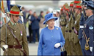Queen inspects New Zealand military guard of honour