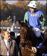 Tony McCoy on Wahiba Sands chats to owner David Johnson in November 2001