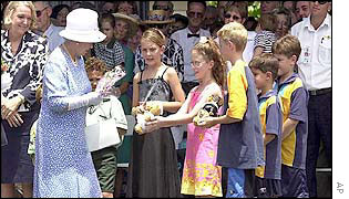 Queen meets schoolchildren in Cairns