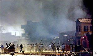Amotinados escapan de la policía en Ahmedabad.