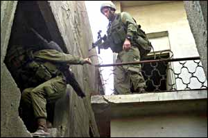 Israeli troops move from house to house in Balata