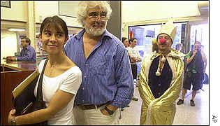 Actor vestido de rey payaso protesta en un banco de Buenos Aires.