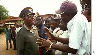A voter argues with a Zimbabwe policeman