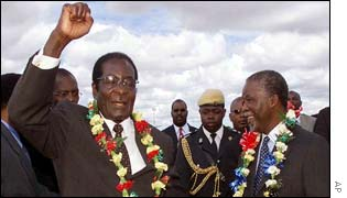 Mugabe welcomes Mbeki at Harare airport