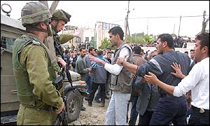 Israeli soldiers quarrel with Palestinians at Beit Ummar