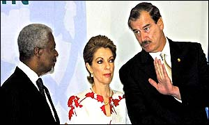UN Secretary General Kofi Annan (L), Mexican President Vicente Fox (R) and his wife Martha Sahagun