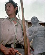 [ image: A Lenca tribesman guards the statue of Honduran hero Lempira Eroe]