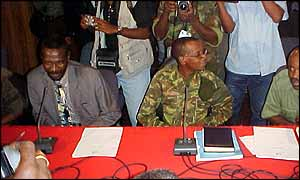 General Kamorteiro, head of Unita armed forces (centre) at the signing