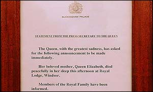 The death announcement on the gates of Buckingham Palace