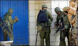 Israeli troops use hammer to enter house in Bethlehem