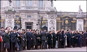 Crowd outside Buckingham Palace