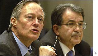 Josep Piqué, ministro de Relaciones Exteriores de España, junto a Romano Prodi, presidente de la Comisión Europea