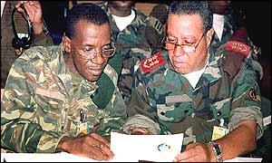 UNITA Chief of Staff Gen. Geraldo Abreu Kamorteiro (l) and Angolan armed forces chief Gen. Armando da Cruz Neto (r) sign agreement