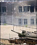 Tanque israelí frente a  las oficinas de Arafat.