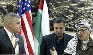 Zinni (izq.) en una reunión anterior con Arafat.