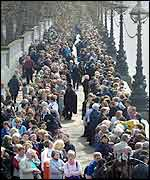 Queue to see Queen Mother's coffin