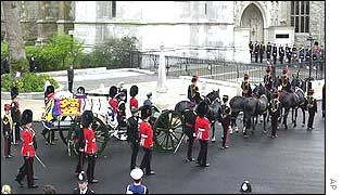 The gun carriage arrives at Westminster Abbey