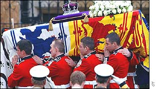 Coffin arrives at Westminster Abbey