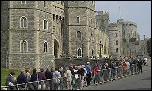 Queues form outside Windsor Castle