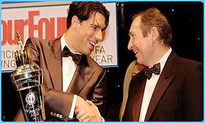 Gerard Houllier gives Ruud van Nistelrooy his award