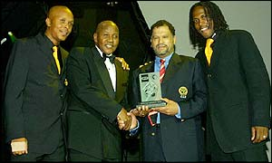 Doctor Khumalo (player), Kaizer Motaung (managing director) and Brian Baloyi (player) of Kaizer Chiefs receive their prize from Safa CEO Danny Jordaan