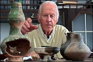 Thor Heyerdahl viewing Azov pots