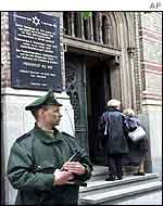 German policeman guards synagogue in Berlin