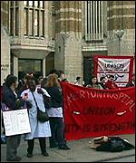 [ image: Nurses demonstrated about pay]