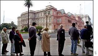Queue in front of Argentina's Casa rosada