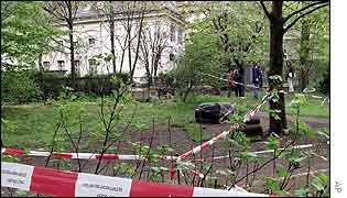 Police search for clues near synagogue targeted in Berlin