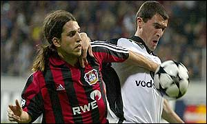 Roy Keane tangles with Diego Placente