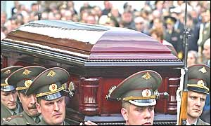 Russian army officers carry coffin of Alexander Lebed