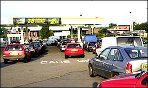 Motorists queue at a petrol station during the fuel protests, September 2000