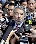 Xanana Gusmao surrounded by reporters after his meeting with Megawati