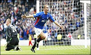 Peter Lovenkrands' last-minute goal gives Rangers a 3-2 win