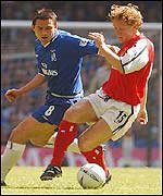 Arsenal midfielder Ray Parlour takes on Chelsea's Frank Lampard