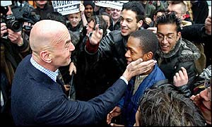 Pim Fortuyn confronts demonstrators
