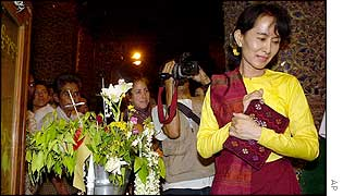Aung San Suu Kyi visiting Shwedagon Pagoda in Rangoon on the day of her release, 6 May 2002