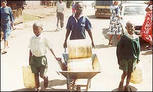 Nairobi children carrying water
