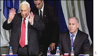 Ariel Sharon and Binyamin Netanyahu at Sunday's Likud conference