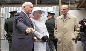 Secretary of state shows the Queen the Omagh bomb site