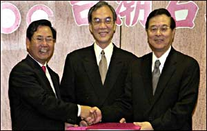 Wei Liucheng (left) of China National Offshore Oil Co. exchanges contracts with Pen Wen-yen (right)  of Taiwan's state-owned Chinese Petroleum Corp., with Chen Chao-wei (centre), chairman of CPC